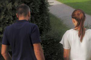 夫婦が並んで歩いている